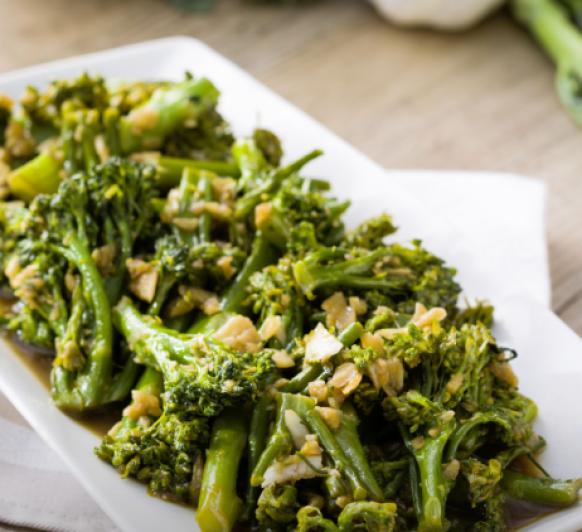Bimi o Broccolini crujiente con salsa de ajos, guarnición sorprendente