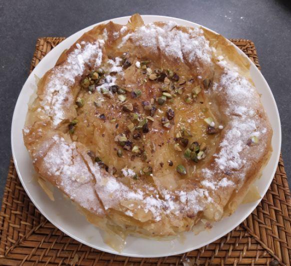 Bougatsa griega con miel y pistachos