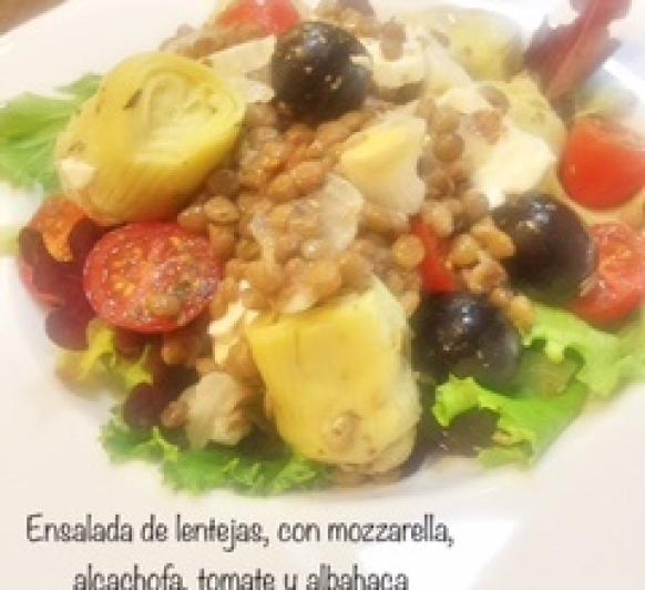Ensalada de lentejas, con mozzarella, alcachofa, tomate y albahaca
