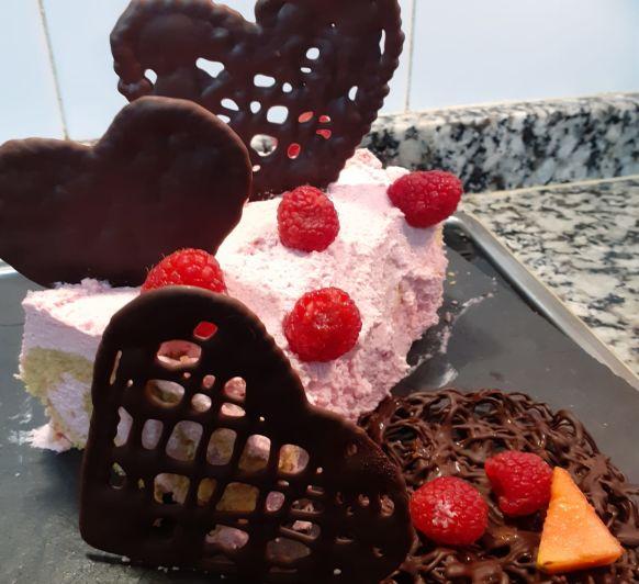 Brazo gitano de San Valentín con nata de fresa