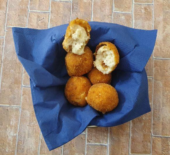 Croquetas de queso de cabra y cebolla crujiente