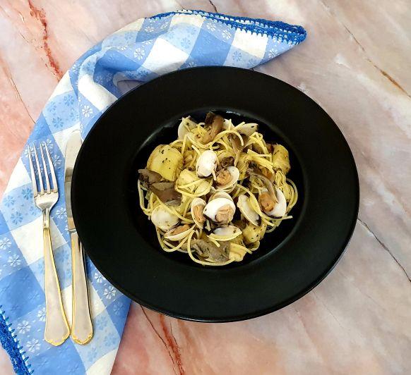 Espaguetis con almejas, setas y alcachofas