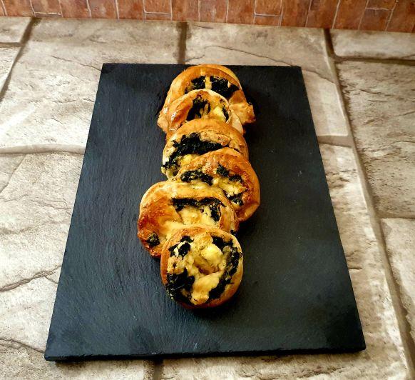 Espirales de hojaldre con espinacas y queso feta