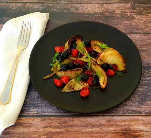 Hinojo con tomates y aceitunas