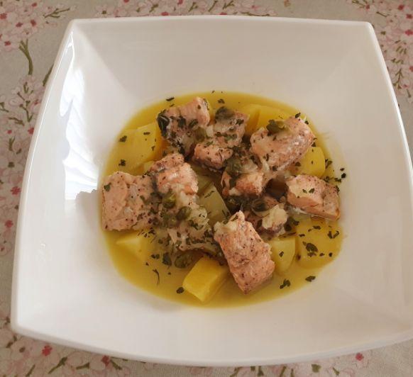 Ragú de salmón en salsa de alcaparras