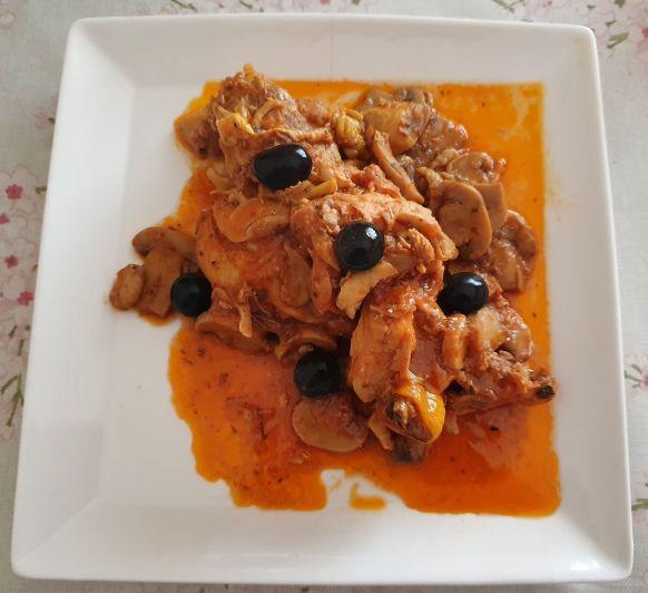 Pollo guisado con tomate y aceitunas