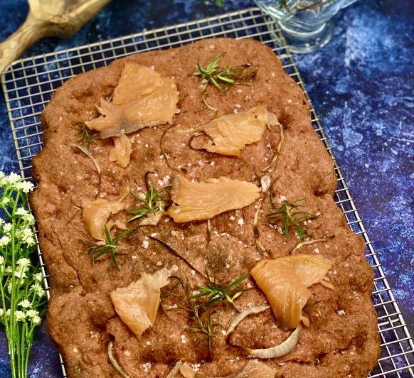Schiacciata de remolacha con salmón ahumado