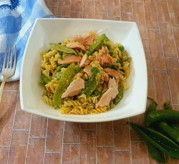 Ensalada de pasta integral con salmón, guisantes y tirabeques