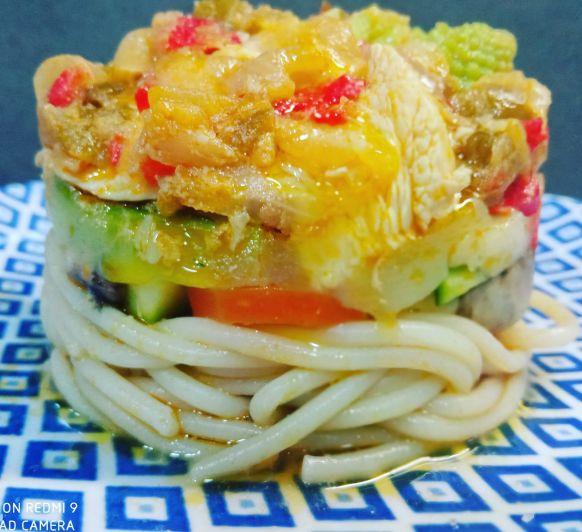Espagetis con verduras y pollo