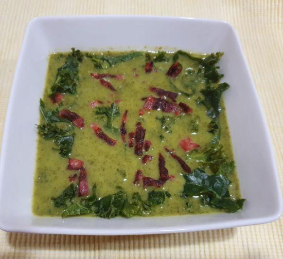 Sopa de kale con crujiente de beicon