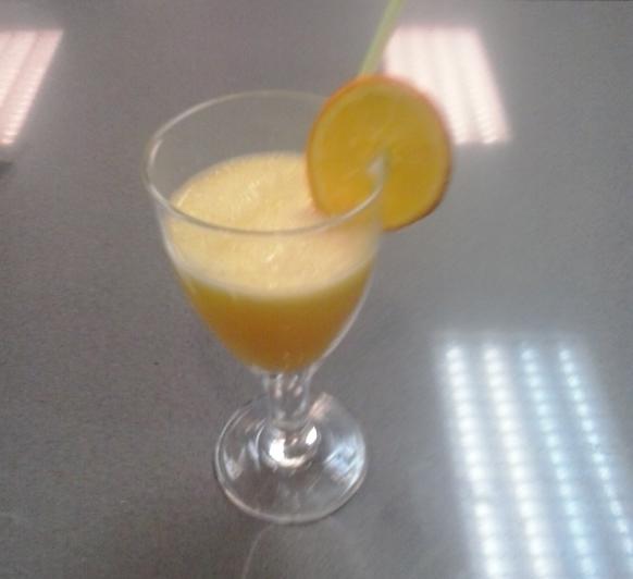 Zumo de piña y naranja