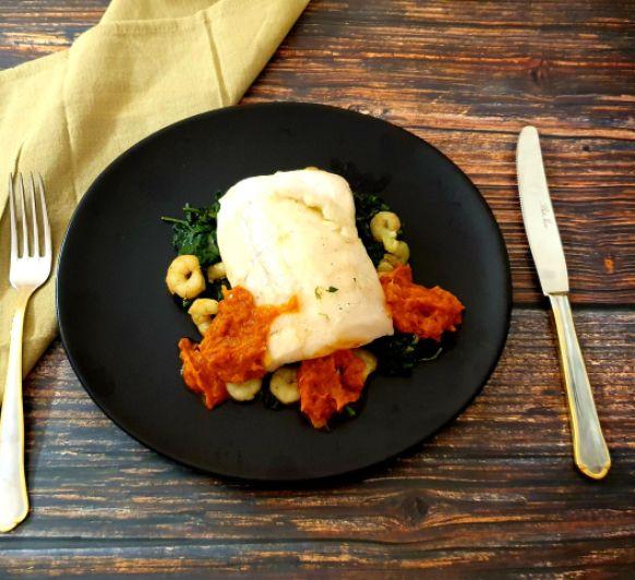 Merluza con espinacas, gambas y salsa de piquillos