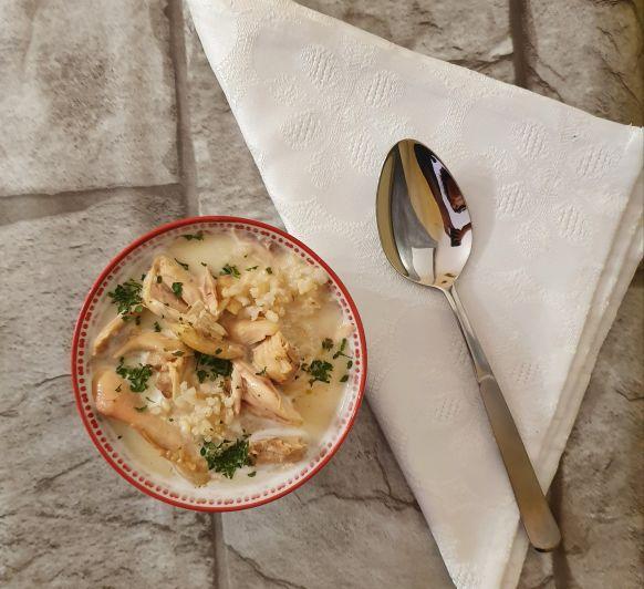 Sopa de pollo, huevo y limon