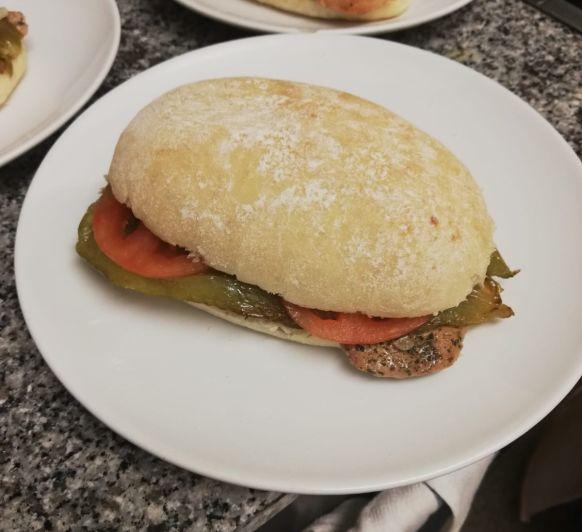 Molletes de solomillo ibérico, queso camembert y pimientos.