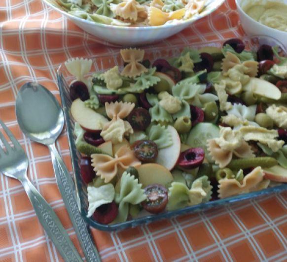 Ensalada de pasta tricolor con hummus y fruta fresca