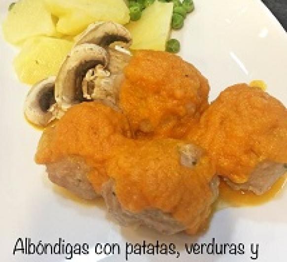 Albóndigas con patatas, verduras y salsa de tomate