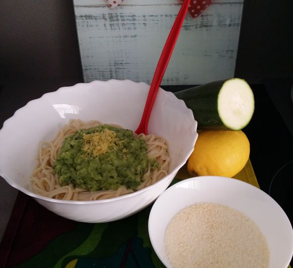 Tallarines con calabacín, menta y limón